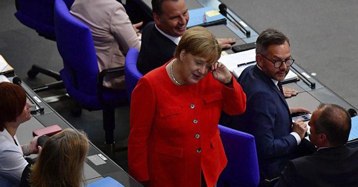 """德国议会""""烧烤""""总理默克尔"""