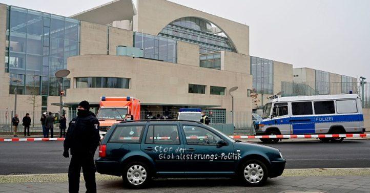 政治动机?男子驾车冲撞德国总理府大门