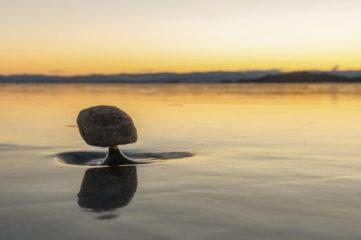 """""""贝加尔湖禅""""是贝加尔湖结冰湖面上的细小冰柱支撑石头,却能保持平衡的自然现象。(Shutterstock)"""