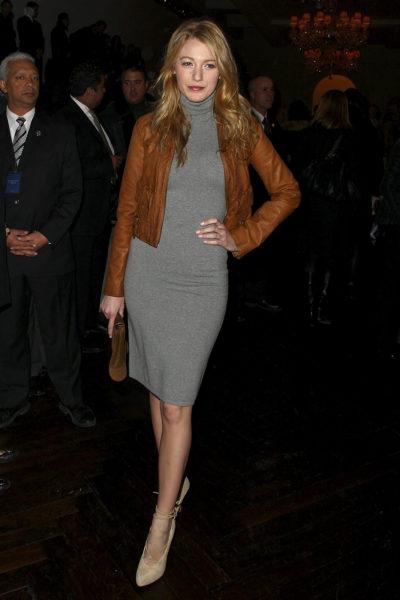 美国女演员布蕾克・莱芙莉(Blake Lively)出席2009梅赛德斯奔驰时装周(Mercedes-Benz Fashion Week),以灰色高领连衣裙打底,暗橘色的皮衣不但不突兀反而更显特色。(Andrew H. Walker/Getty Images)