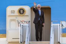 2021年6月16日,美国总统乔‧拜登在与俄罗斯总统弗拉基米尔‧普京举行美俄峰会后,登上空军一号前向送行人群挥手。(MARTIAL TREZZINI/POOL/AFP via Getty Images)